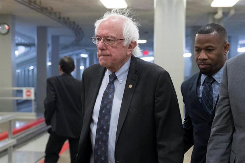 El senador independiente Bernie Sanders (c), de Vermont, camina en el Capitolio, en Washington (DC, EE.UU.). EFE/Archivo