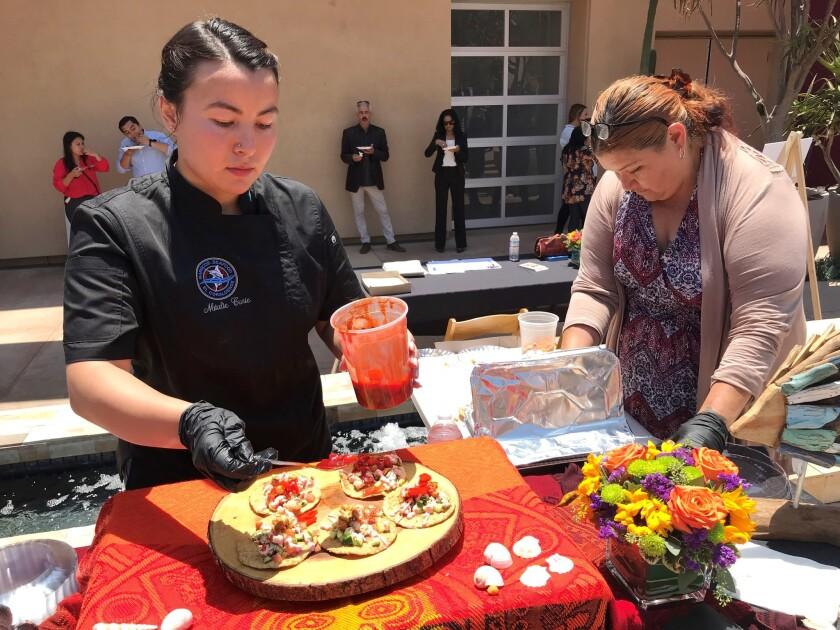 """Las tostadas de camarón en versión de lujo hicieron acto de presencia en el evento de presentación del """"VI Foro Mundial de la Gastronomía Mexicana""""."""