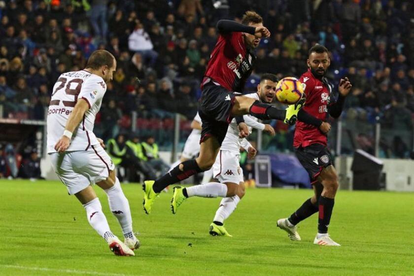 Lorenzo De Silvestri (i) del Torino FC en acción ante Artur Ionita (c) de Cagliari durante el partido de liga entre el Cagliari Calcio y el Torino FC hoy en Cagliari (Italia). EFE