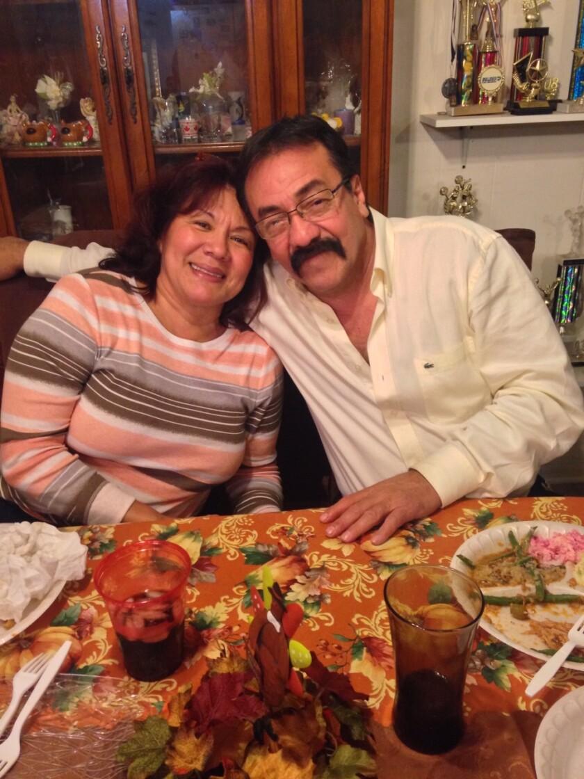 En esta imagen, José Roberto Álvarez aparece junto a su esposa.