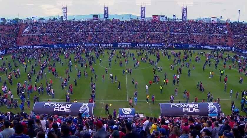 Decenas de aficionados se lanzan al césped en el juego entre San Luis y Querétaro.