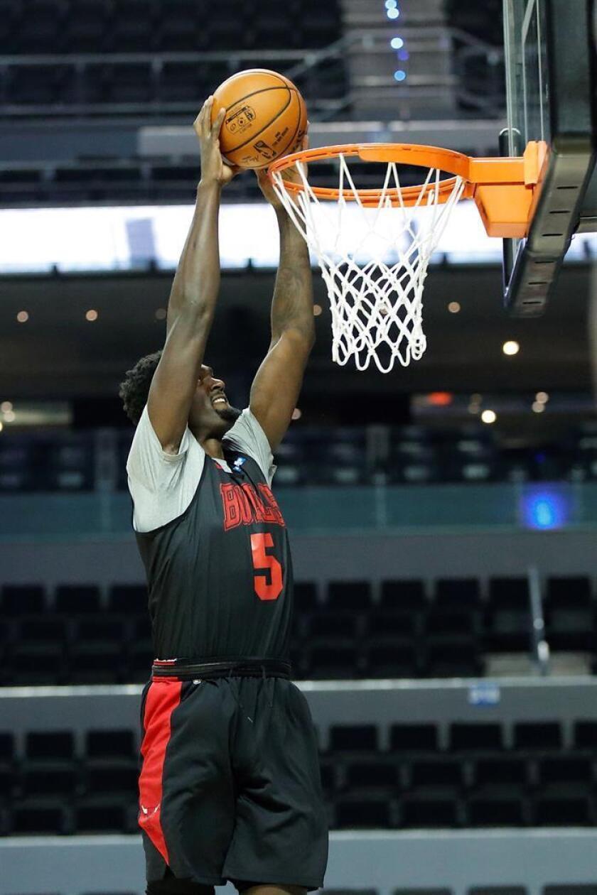 En la imagen un registro de Bobby Portis, ala pívot reserva de los Bulls de Chicago, quien anotó 22 de sus 26 puntos en la segunda mitad del partido que su equipo le ganó 89-105 a los Heat de Miami. EFE/Archivo