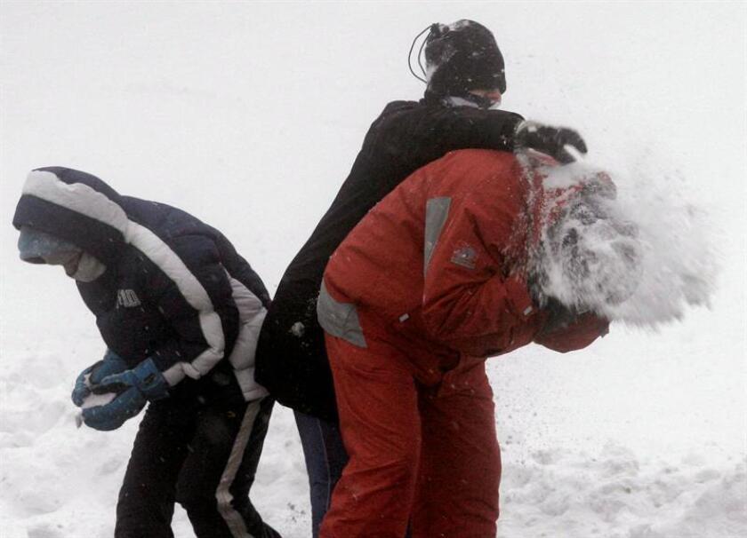 Fotografía donde se observa a unos niños juando con nive. EFE/Archivo