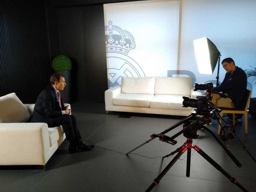 """Emilio Butragueño (izq.) habla con Roberto Antolín, director del nuevo documental """"La Quinta del Buitre""""."""