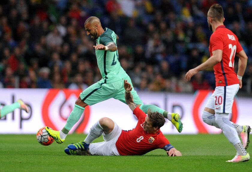 Portugal's Ricardo Quaresma, left, challenges Norway's Stefan Johansen during a friendly soccer match between Portugal and Norway at the Dragao stadium in Porto, Portugal, Sunday, May 29, 2016. The Portuguese squad is in preparation for the UEFA EURO 2016 soccer championships, hosted by France. (AP Photo/Paulo Duarte)