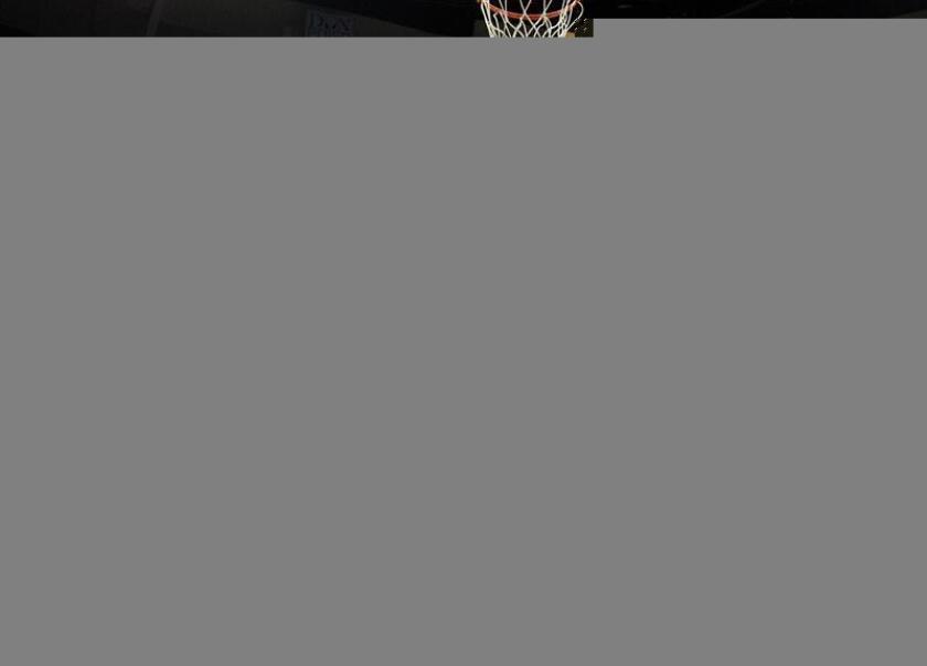 Marc Gasol (c) de los Grizzlies intenta anotar ante los Charlotte Hornets este lunes 28 de noviembre de 2016, durante su juego de la NBA en el FedExForum en Memphis, Tennessee (EE.UU.). EFE