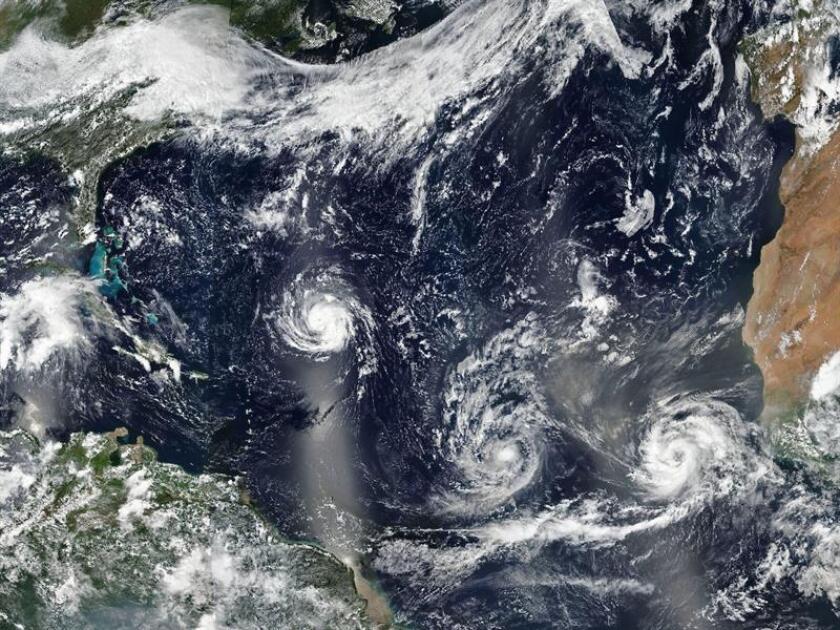Imagen facilitada por la NASA que muestra los huracanes (i-d) Florence, Isaac y Helene avanzando por aguas del Atlántico Norte, ayer 10 de septiembre de 2018. EFE/ Nasa SOLO USO EDITORIAL. PROHIBIDA SU VENTA