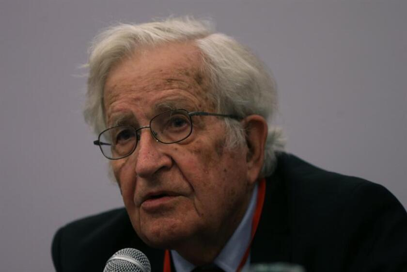 El intelectual estadounidense Noam Chomsky participa en un en un foro organizado por Fundación Perseu Abramo, ligada al Partido de los Trabajadores (PT), que lidera Lula, el viernes 14 de septiembre de 2018, en Sao Paulo (Brasil). EFE/Archivo