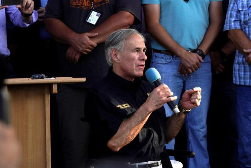 Texas governor Greg Abbott speak during a vigil outside Santa Fe High School where a gunman, reported to be a student, shot numerous people in Santa Fe, Texas, USA. EFE/EPA/Matt Patterson/Archivo