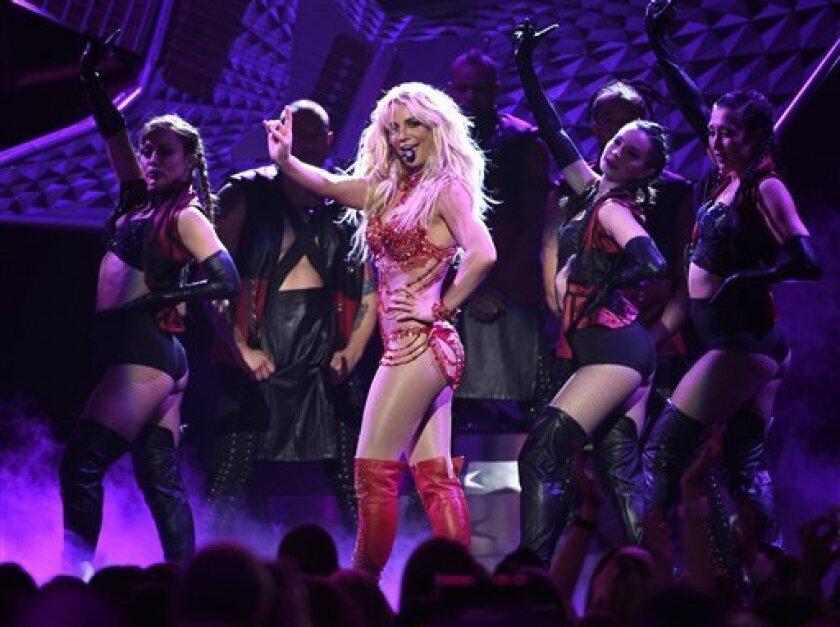 Britney Spears canta en la ceremonia de los Premios Billboard en Las Vegas. Spears filmará película para Lifetime.