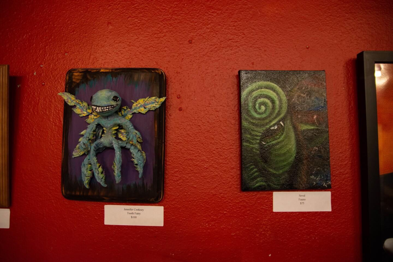 A la izquierda una escultura de hada de El laberinto del Fauno por Jennifer Cooksey y una pintura del Fauno a la derecha.