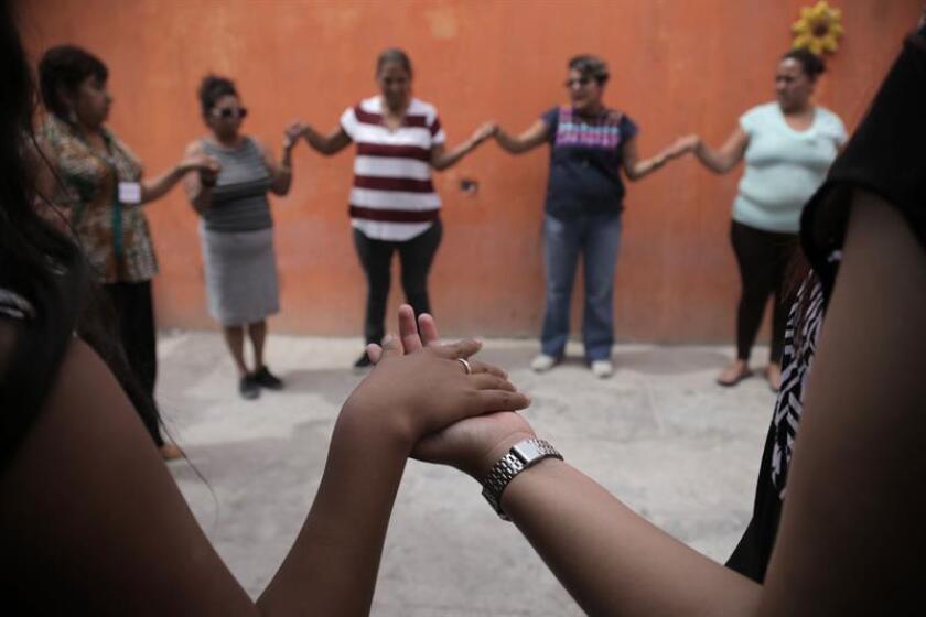 Vista general de las mujeres realizando actividades de relajación durante una entrevista con Efe el 8 de agosto de 2018. Empoderadas y conocedoras de sus derechos, un grupo de mujeres de Ciudad Juárez defienden su vida y su libertad en esta urbe fronteriza con Estados Unidos, tristemente conocida por la violencia y los feminicidios, que se han duplicado en los dos últimos años. EFE