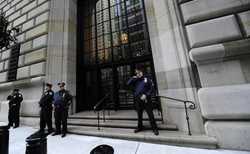 En la imagen, vista de la entrada de la sede del Banco de la Reserva Federal en Nueva York (EEUU). EFE/Archivo