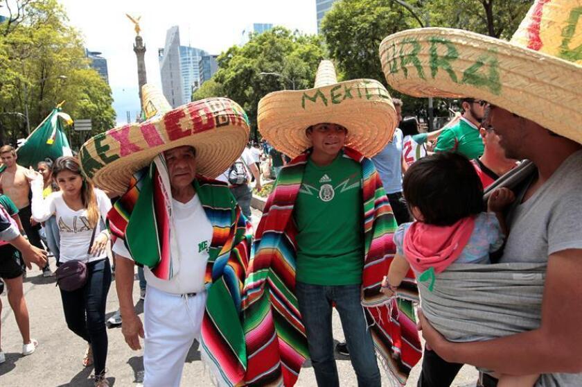 Aficionados celebran el gol de la selección mexicana de fútbol ante Alemania en el Mundial de Rusia, durante una transmisión hoy, domingo 17 de junio de 2018, desde el monumento del Ángel de la Independencia de Ciudad de México (México). EFE