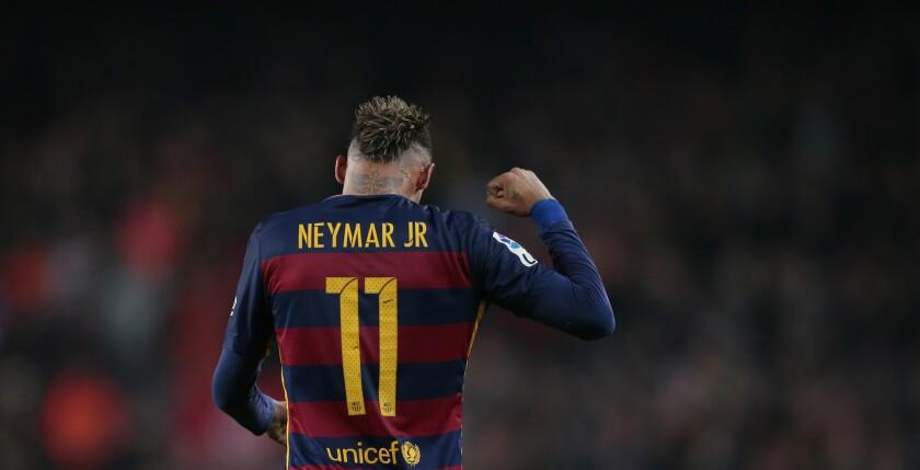 El jugador del Barcelona, Neymar, festeja tras anotar un gol contra Athletic de Bilbao en la Copa dle Rey.