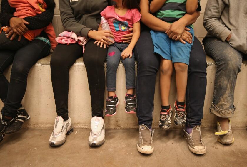 Foto de archivo de menores en centros de detención. Aunque no se sabe con exactitud el número de gente que abandona El Salvador, Guatemala y Honduras, la Patrulla Fronteriza si tiene el número de las migrantes que detiene: en el 2014 fueron 68,541 menores; en el 2015 a 39,970; y en lo que va del año ya llevan 44,524. (Photo by John Moore/Getty Images)