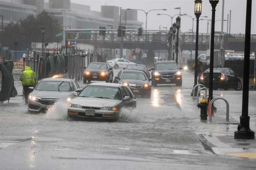 Varios coches circulan entre las calles inundadas. EFE/ Archivo
