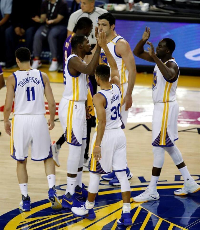 El jugador de los Warriors Kevin Durant (2i) celebra con sus compañeros Stephen Curry (c), Klay Thompson (i), Draymond Green (d) y Zaza Pachulia (2d) tras encestar durante el partido de la NBA que enfrentó a los Golden State Warriors y Los Angeles Lakers en el Oracle Arena en Oakland (Estados Unidos) el 23 de noviembre de 2016. EFE