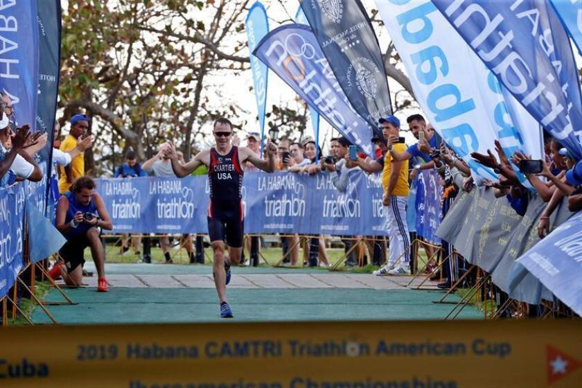 El estadounidense Collin Chartier llega a la meta en primer lugar, en la categoría Elite este sábado, durante el Campeonato Iberoamericano de Triatlón en La Habana (Cuba). EFE