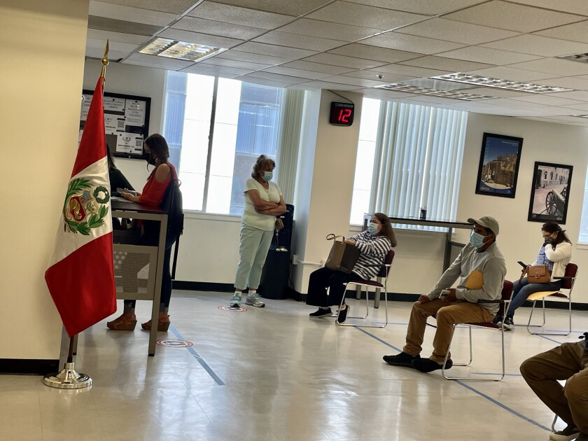 En medio de la pandemia, el consulado peruano en Los Ángeles no ha dejado de atender a sus connacionales.