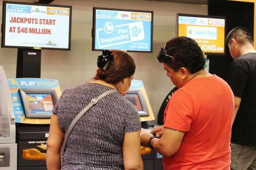 Ciudadanos compran billetes del Powerball en un puesto de venta de lotería. El Presidente de la Comisión, reiteró que con el comienzo de los juegos de azar por internet en Estados Unidos, Puerto Rico puede ser parte de una nueva oferta. EFE/Archivo