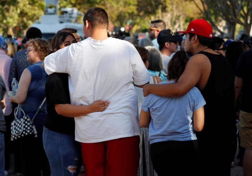 Los residentes de Gilroy y las comunidades circundantes se reúnen detrás del Ayuntamiento de Gilroy durante una vigilia por las víctimas del tiroteo en el Festival de ajo de Gilroy en Gilroy, California, EE. UU., el 29 de julio de 2019. Un hombre armado abrió fuego contra los visitantes del festival del ajo, matando al menos a tres personas. e hiriendo a otros 12. EFE/EPA/JOHN G. MABANGLO/Archivo