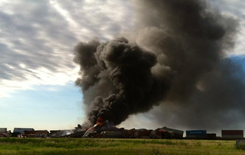 En esta foto proveída por Billy B. Brown, una columna de humo se alza de dos trenes de carga en llamas el martes, 28 de junio del 2016, tras un choque cerca de Panhandle, Texas. Tres tripulantes desaparecidos de los trenes muy probablemente murieron, dijo el miércoles el Departamento de Seguridad Pública del estado. (Billy B. Brown via AP)