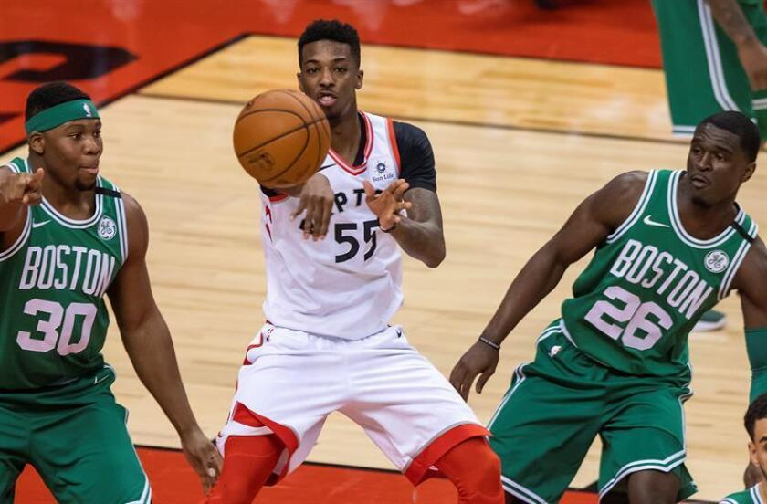 El jugador de los Raptors Delon Wright (c) disputa el balón con Guerschon Yabusele (i) y Jabari Bird de los Celtics, durante un partido de baloncesto de la NBA entre Boston Celtics y Toronto Raptors, en Toronto (Canadá). EFE