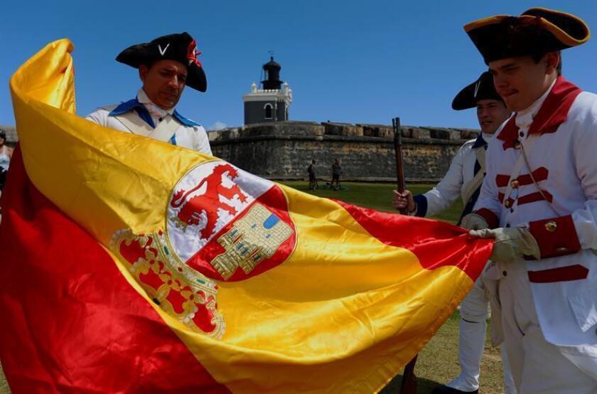Actores recrean el intento de invasión inglesa en Puerto Rico en el Castillo San Felipe del Morro, en San Juan. EFE