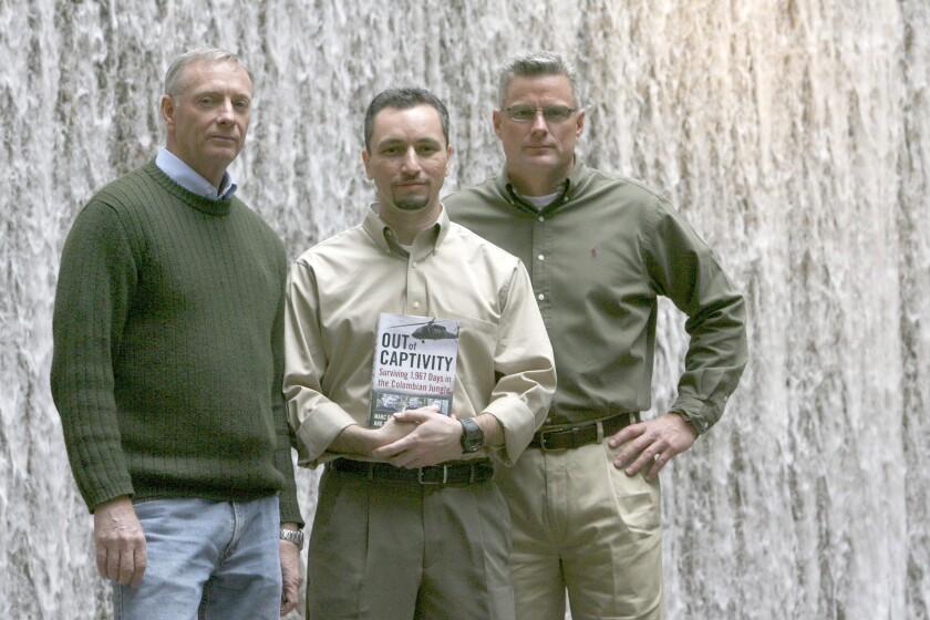 En esta imagen de archivo, tomada el 26 de febrero de 2009, (de izquierda a derecha) Tom Howes, Marc Gonsalves y Keith Stansellm, que estuvieron retenidos por rebeldes en Colombia, posan para una fotografía en Nueva York. (AP Foto/Mary Altaffer, archivo)