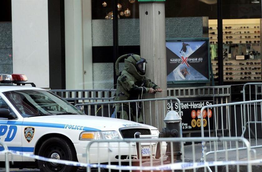 Un hombre de origen colombiano fue detenido hoy en uno de los puntos más céntricos de Nueva York después de haber mantenido en alerta a la policía por varias horas amenazando con una supuesta bomba.
