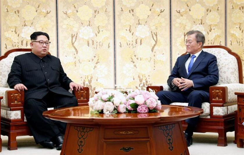 El líder norcoreano Kim Jong-un (i), conversa con el presidente surcoreano, Moon Jae-in (d), en Peace House, edificio situado al lado sur de la frontera donde mantuvieron sus dos rondas de encuentros de la cumbre intercoreana, en la Zona Desmilitarizada en Panmunjom (Corea del Sur) hoy, 27 de abril de 2018. EFE/ Korea Summit Press / Pool
