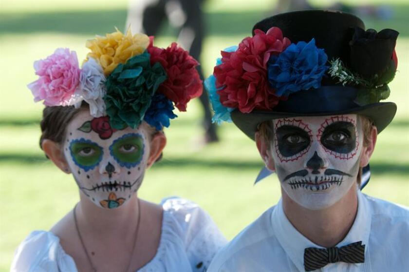 Un grupo de niños participa en la Procesión de los Pequeños Ángeles, festividad basada en el tradicional Día de Muertos, en Tucson, Arizona. EFE/Archivo