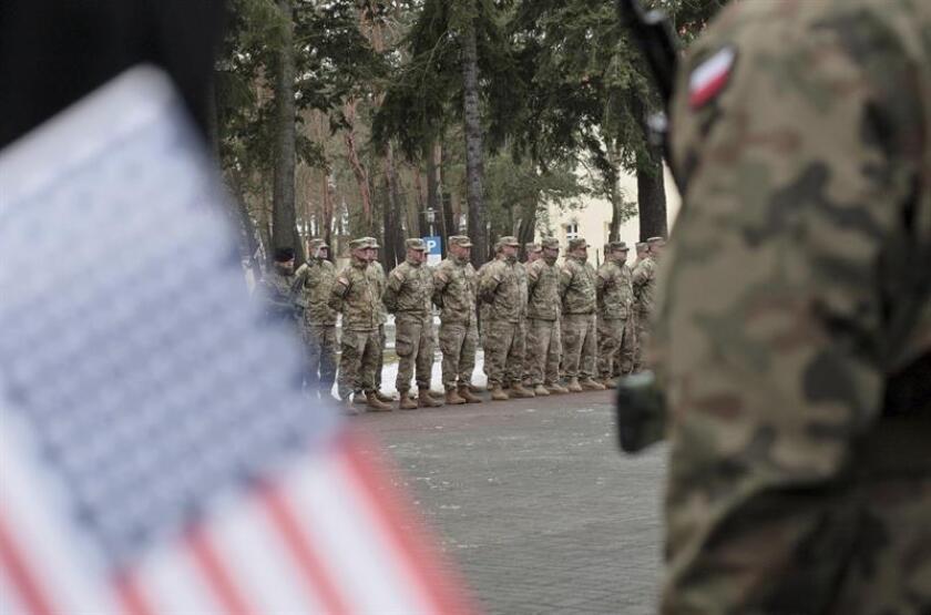 Soldados estadounidenses forman filas durante la ceremonia de bienvenida oficial a las tropas de EEUU a su llegada a Zagan (oeste de Polonia). EFE
