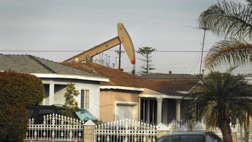 Una bomba extrae petróleo de la tierra en un vecindario de Wilmington. ()