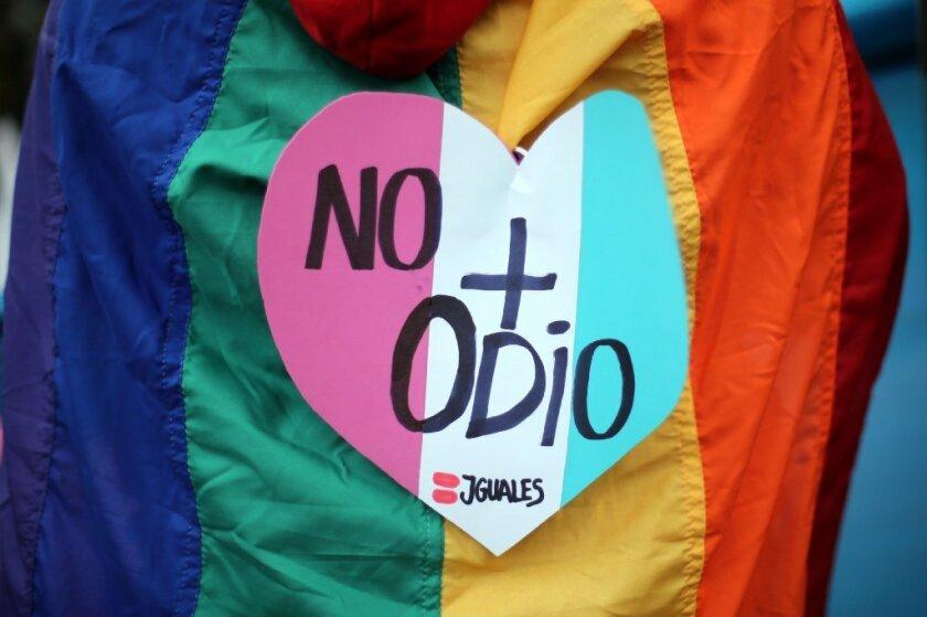 """Alex Cabrera, activista a favor del sector gay, lésbico, bisexual, transgénero (LGBTQ) en Los Ángeles, apunta que """"este es el momento para California en apoyar la medida."""