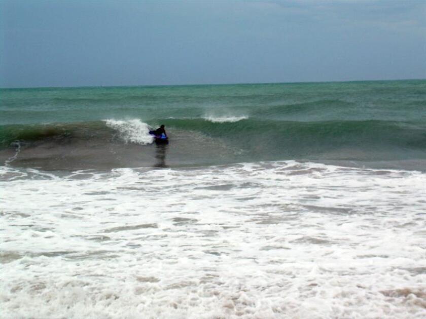 Un surfista aprovecha las medianas olas del mar. Como parte del plan de reapertura de instalaciones recreativas de cara a la temporada alta de verano, el Departamento de Recreación y Deportes de Puerto Rico ha redoblado esfuerzos en los trabajos de mantenimiento y limpieza en los balnearios y centros vacacionales que administra dicha agencia. EFE/Archivo
