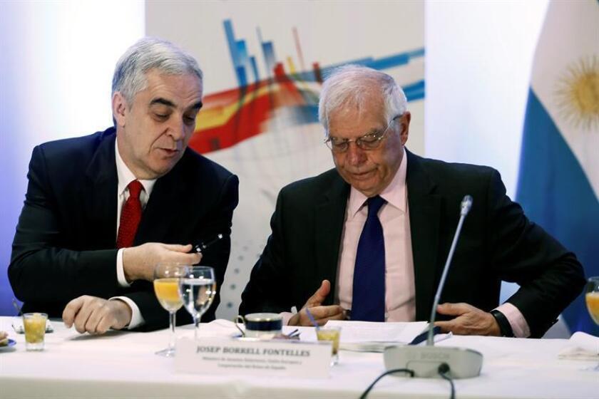 El ministro español de Exteriores, Josep Borrell (d), y el embajador español en Argentina, Javier Sandomingo, este martes, durante una reunión en la Cancillería con empresarios de ambos países con motivo de la visita de Estado que realizan los reyes al país sudamericano, donde España es el principal inversor europeo y segundo mundial. EFE