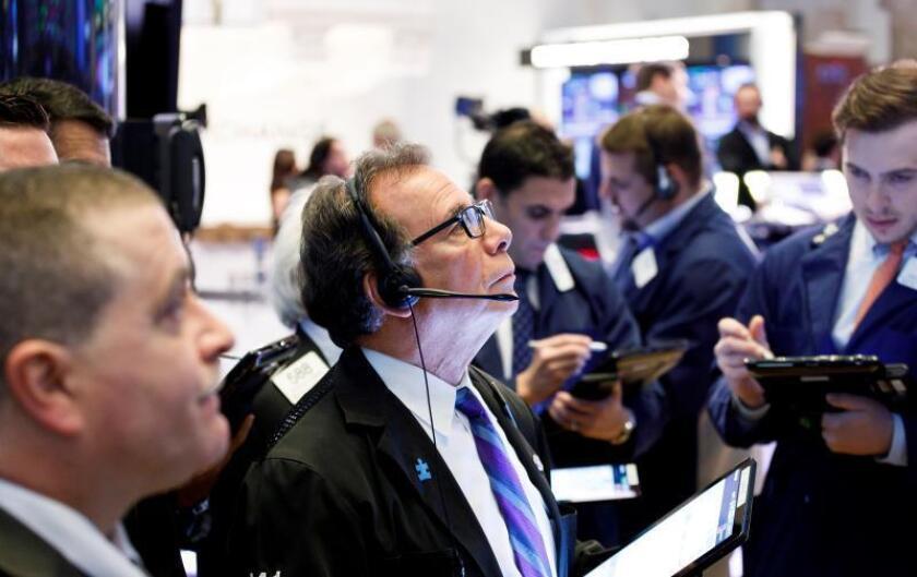 Wall Street abre en rojo arrastrado por la caída del rendimiento de la deuda