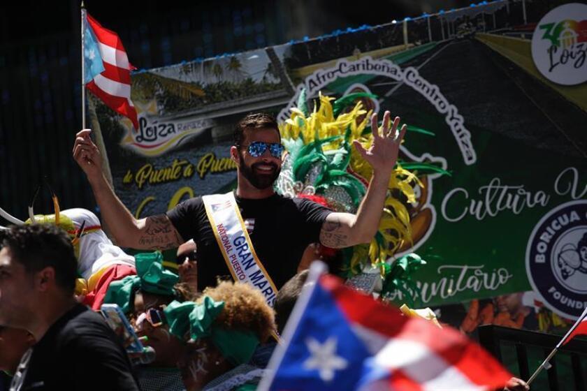 Ricky Martin (c) participa en el Desfile Nacional de Puerto Rico este domingo, en Nueva York (EE.UU.). EFE