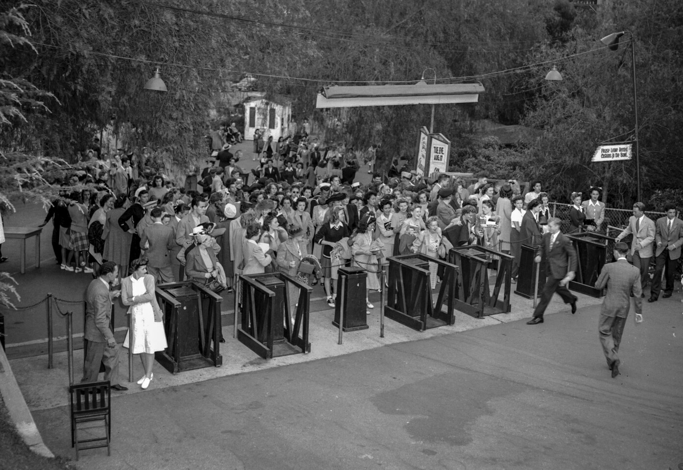 Aug. 14, 1943: Arrival of crowd at Hollywood Bowl for Frank Sinatra performance.
