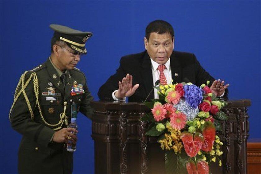El presidente de Filipinas, Rodrigo Duterte, autorizó hoy a Malasia a perseguir terroristas y secuestradores en aguas filipinas que limitan con el estado malasio de Sabah, en el noreste de la isla de Borneo.