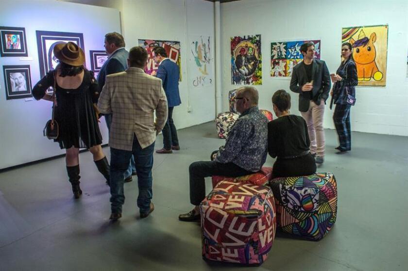 Personas recorren hoy la exposición Wonder durante su inauguración en el edificio Paramount Downtown Miami Worldcenter, en Miami, Florida (EE.UU.). EFE