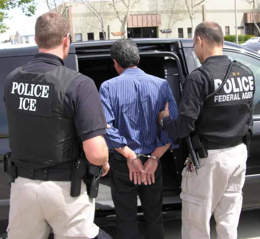 """Un total de 359 personas procedentes de 15 naciones diferentes y que se encontraban en Estados Unidos ilegalmente fueron arrestados entre la última semana de marzo y la primera de abril de 2007 por el Servicio de Inmigración y Aduanas (ICE) como parte de la llamada operación """"Return to Sender"""". EFE/Archivo"""