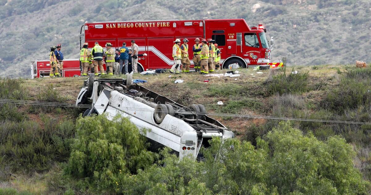 Tiga tewas, 18 luka-luka ketika bus charter veers dari I-15 dan gulung ke bawah tanggul di San Diego County