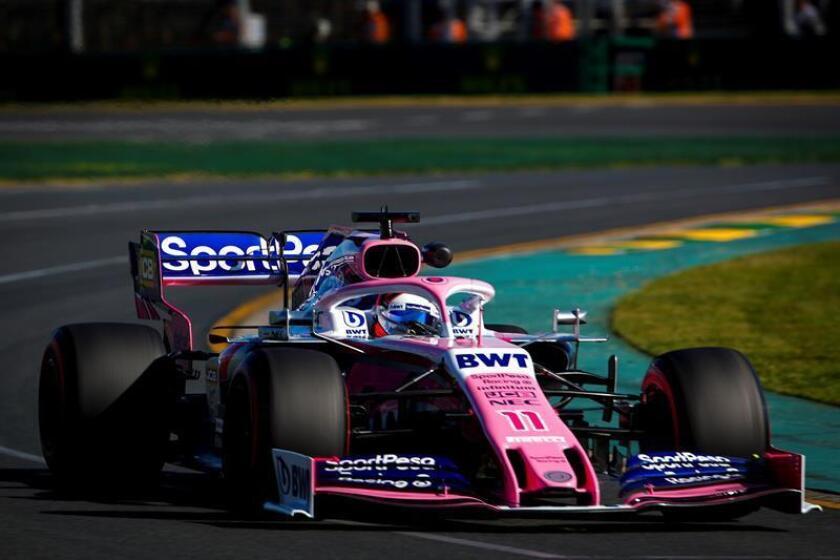 El piloto de Fórmula Uno mexicano Sergio Pérez, de Racing Point, participa en la primera sesión de entrenamientos libres para el Gran Premio de Australia de Fórmula Uno este viernes en el circuito Albert Park Grand Prix de Melbourne (Australia). EFE