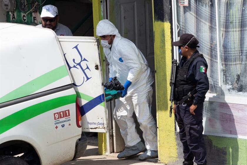 Peritos forenses trabajan hoy, miércoles 8 de agosto de 2018, en la colonia Villa Fontana Aqua, en el municipio de Tlajomulco, Jalisco (México). EFE