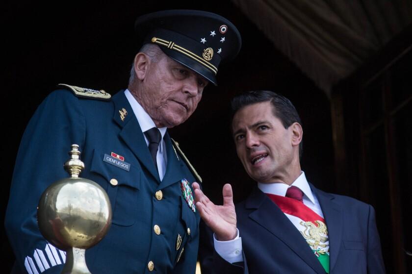 El gobierno del presidente Enrique Peña Nieto, tiene muchas preguntas por responder en materia de derechos humanos. En la foto, el presidente acompañado del secretario de Defensa Nacional, Salvador Cienfuegos Zepeda, en septiembre de 2016.