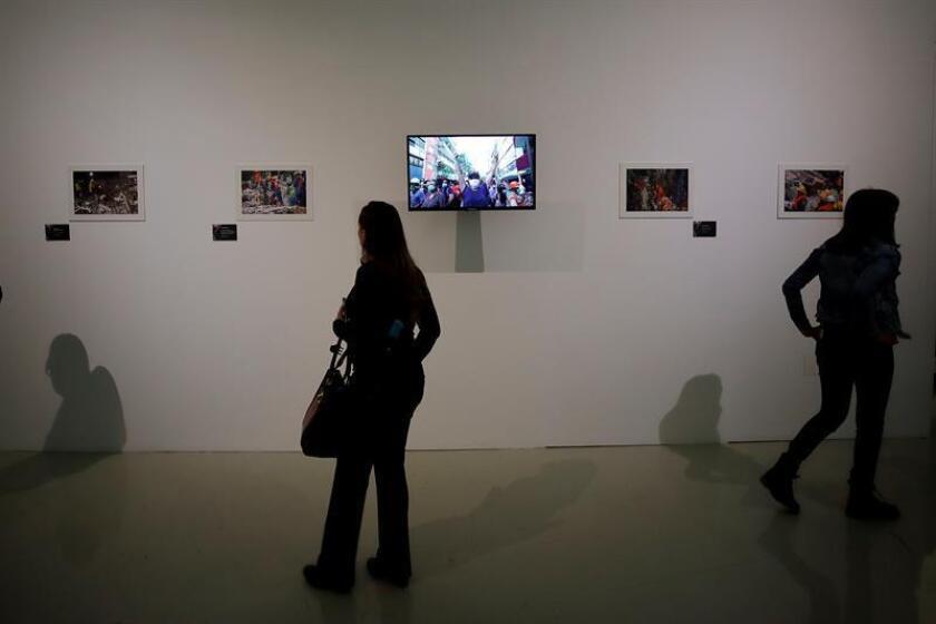 Visitantes observan una exposición fotográfica de los sismos de 1985 y 2017 ocurridos en México hoy, lunes 17 de septiembre de 2018, durante la inauguración del Proyecto S19 en un acto celebrado en la Cineteca Nacional de la capital mexicana. EFE