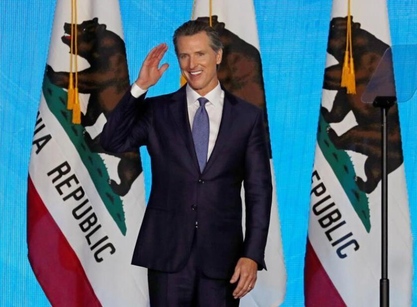 El nuevo gobernador de california, Gavin Newsom, saluda durante su ceremnonia de juramentación en el Capitolio del Estado en Sacramento, California, EE. UU., el 7 de enero de 2019. EFE/MONICA M. DAVEY/Archivo